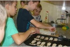 Pečení perníčků ve školní kuchyňce